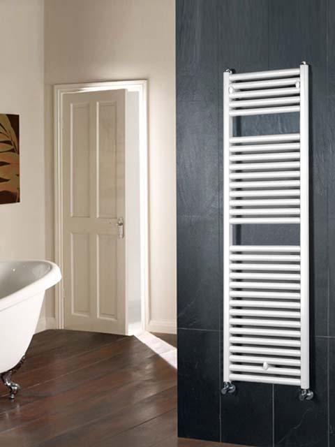 Raumteiler Heizkörper, graue Handtuchheizkörper, schwarze beheizte Handtuchhalter